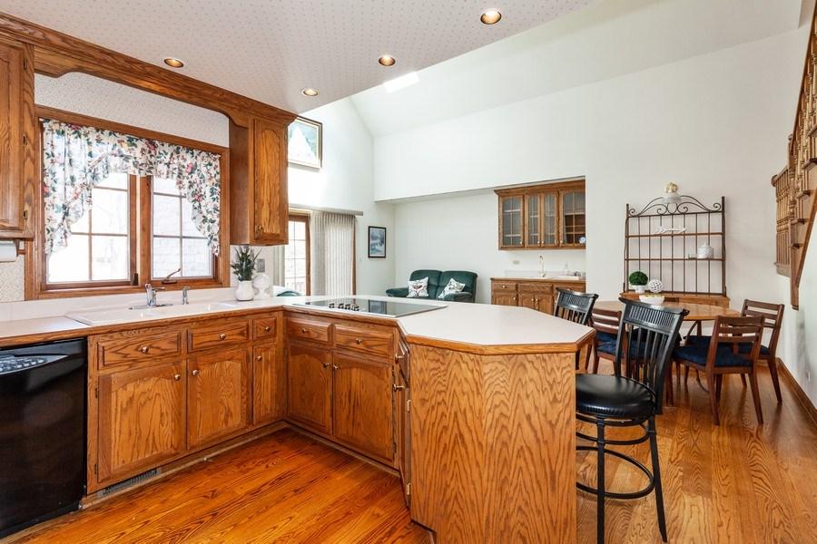 Real Estate Photography - 10 Tartan Ridge Rd, Burr Ridge, IL, 60527 - Kitchen/Breakfast Room