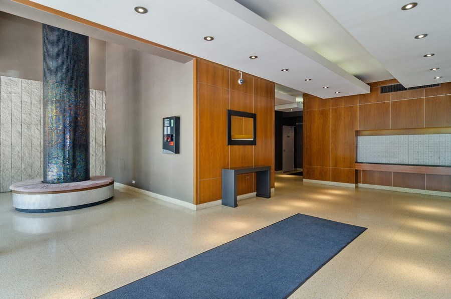 Real Estate Photography - 450 W Briar Pl, Unit 5E, Chicago, IL, 60657 - Lobby