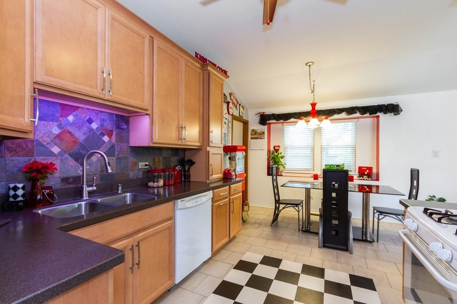 Real Estate Photography - 7565 Glenshire, Frankfort, IL, 60423 - Kitchen