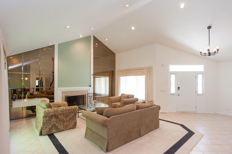 Real Estate Photography - 363 Rivershire Ct, Lincolnshire, IL, 60069 - Living Room