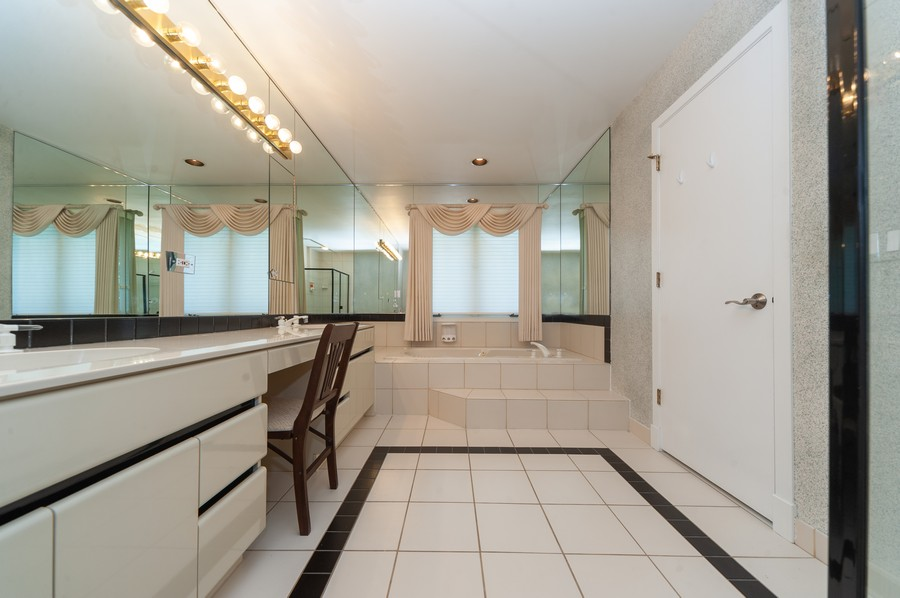 Real Estate Photography - 363 Rivershire Ct, Lincolnshire, IL, 60069 - Master Bathroom