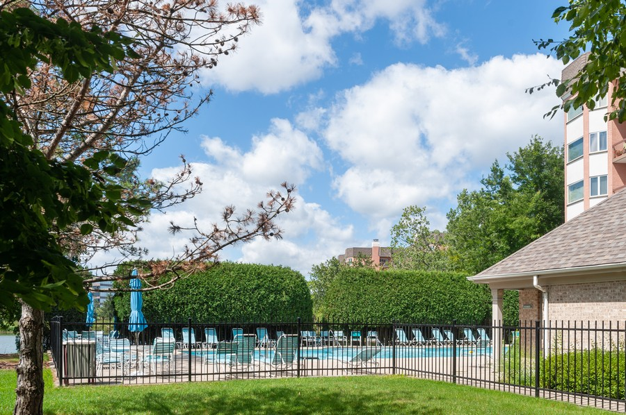 Real Estate Photography - 363 Rivershire Ct, Lincolnshire, IL, 60069 - Pool