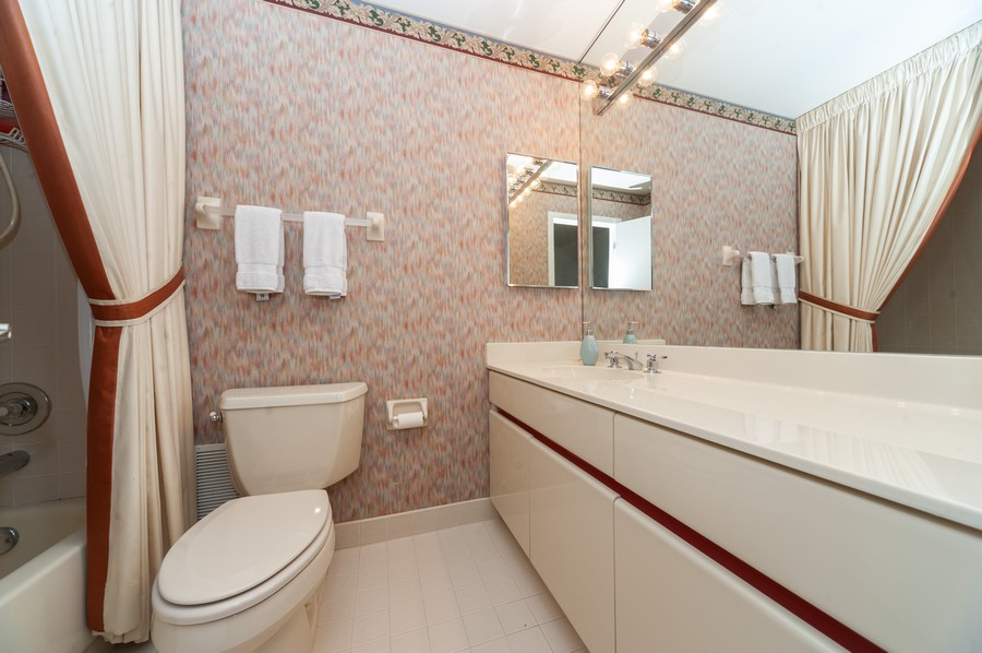 Real Estate Photography - 363 Rivershire Ct, Lincolnshire, IL, 60069 - Bathroom