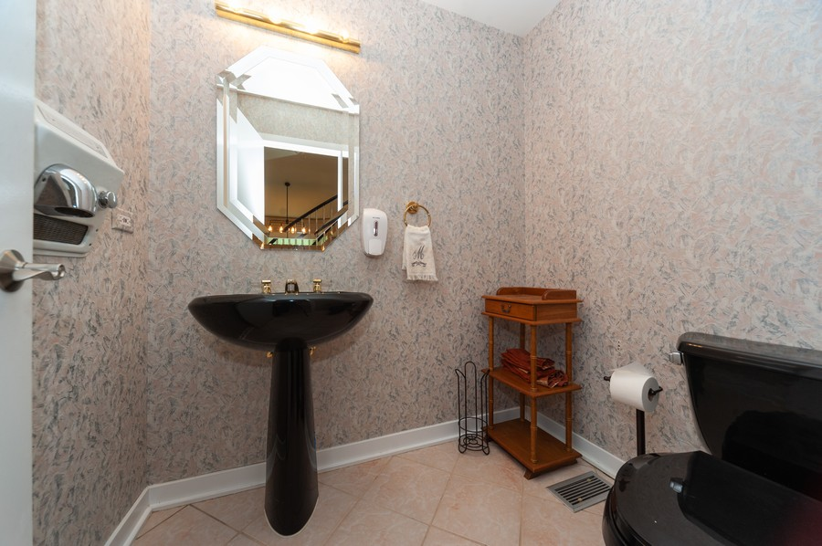 Real Estate Photography - 363 Rivershire Ct, Lincolnshire, IL, 60069 - 2nd Bathroom