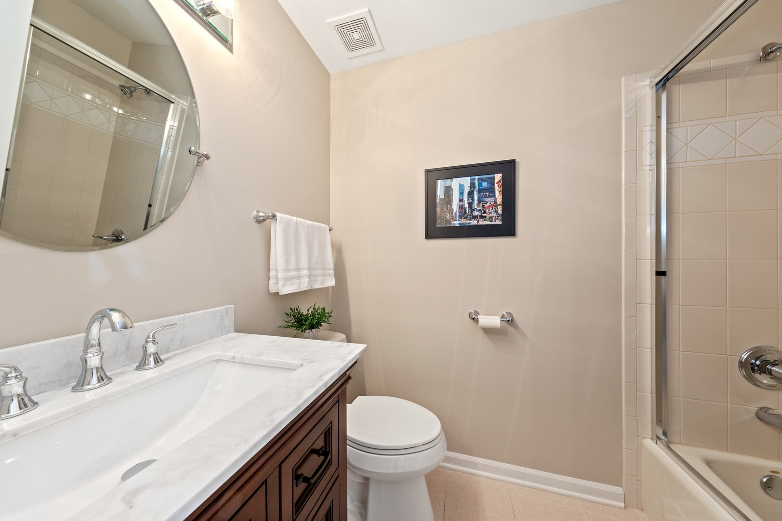 Real Estate Photography - 6211 Edgebrook Lane West, Indian Head Park, IL, 60525 - Full Guest Bath