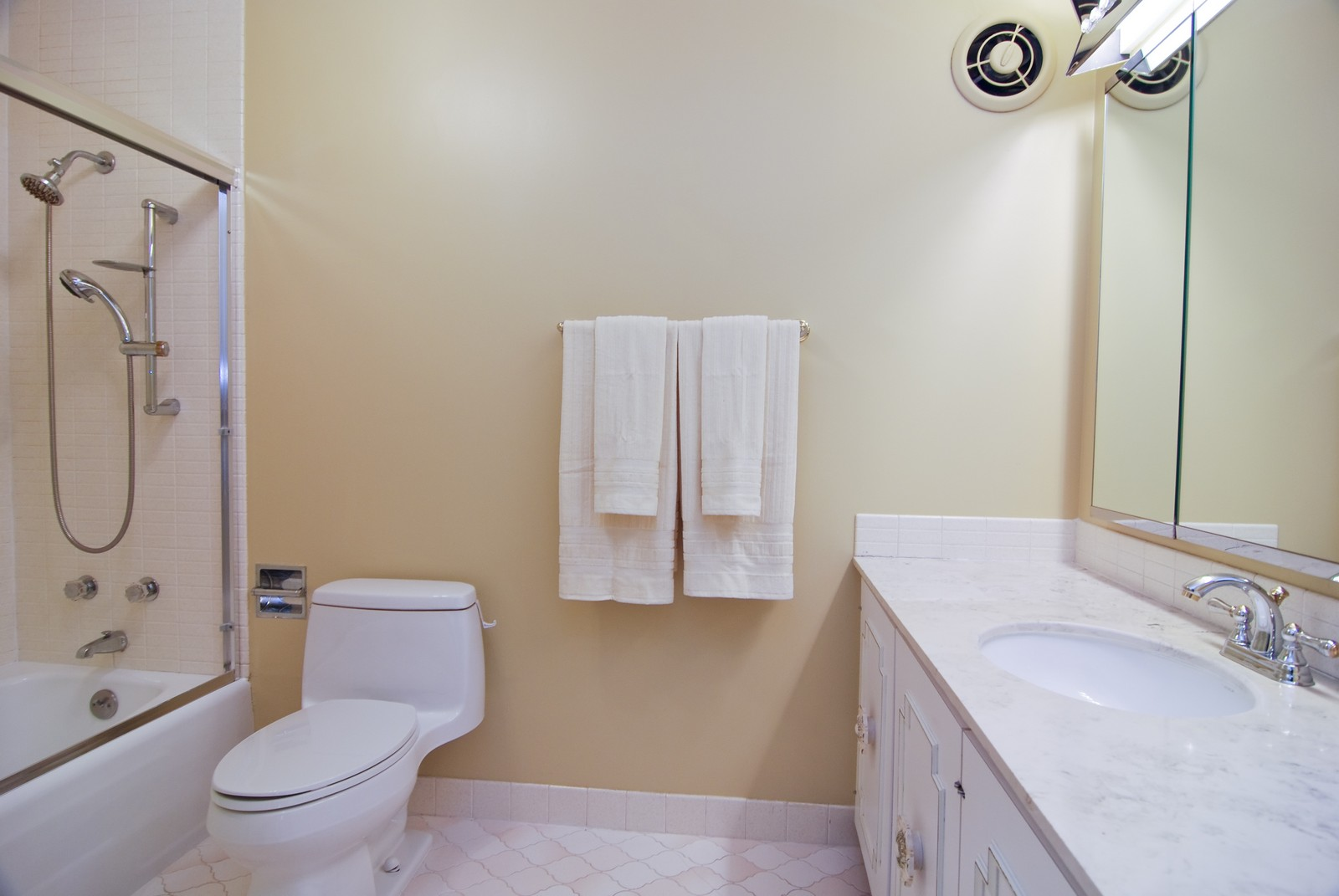 Real Estate Photography - 6101 N Sheridan Rd, Unit 4A, Chicago, IL, 60660 - Master Bathroom