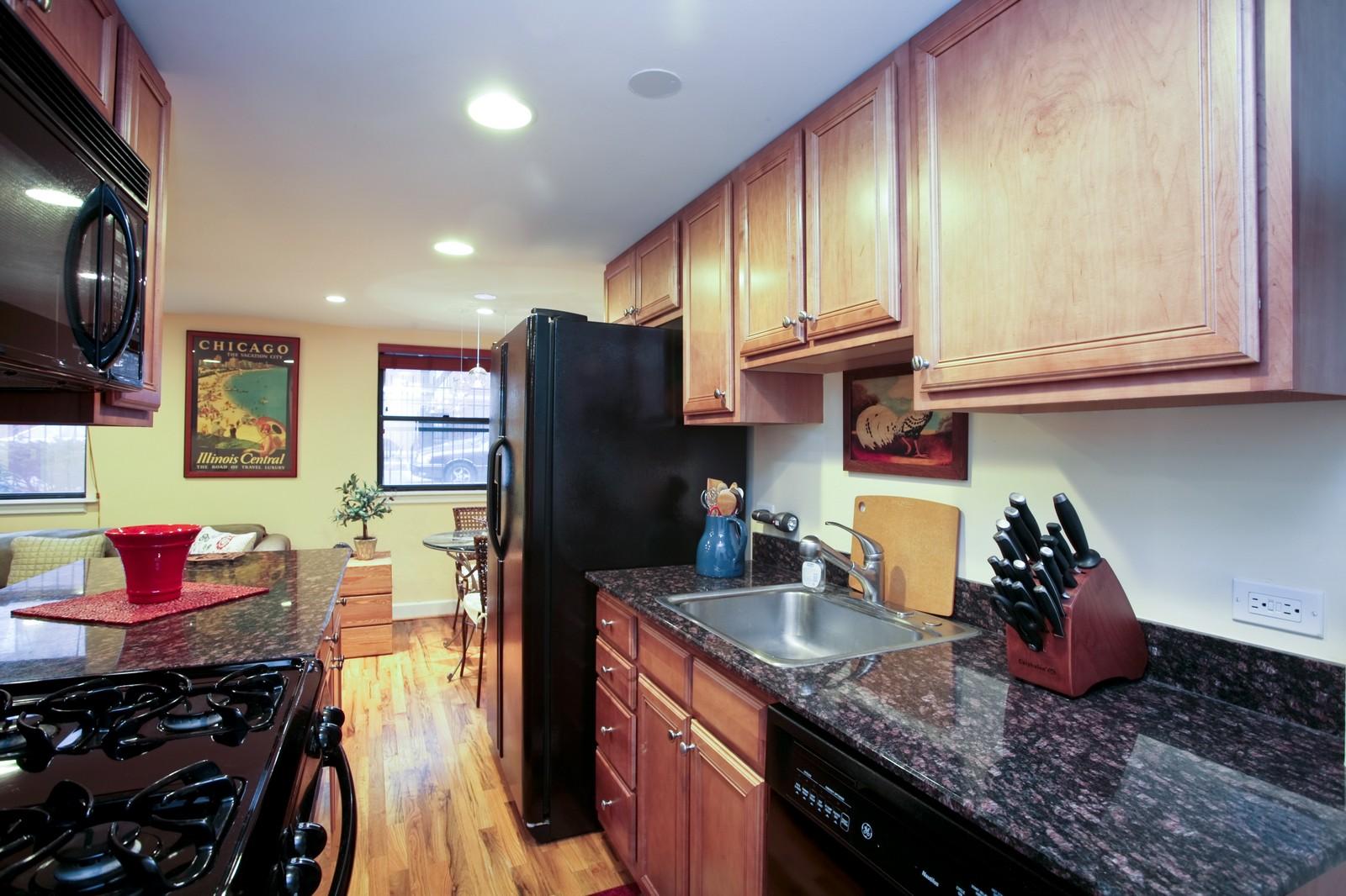Real Estate Photography - 921 W Sunnyside, Unit Garden, Chicago, IL, 60640 - Kitchen