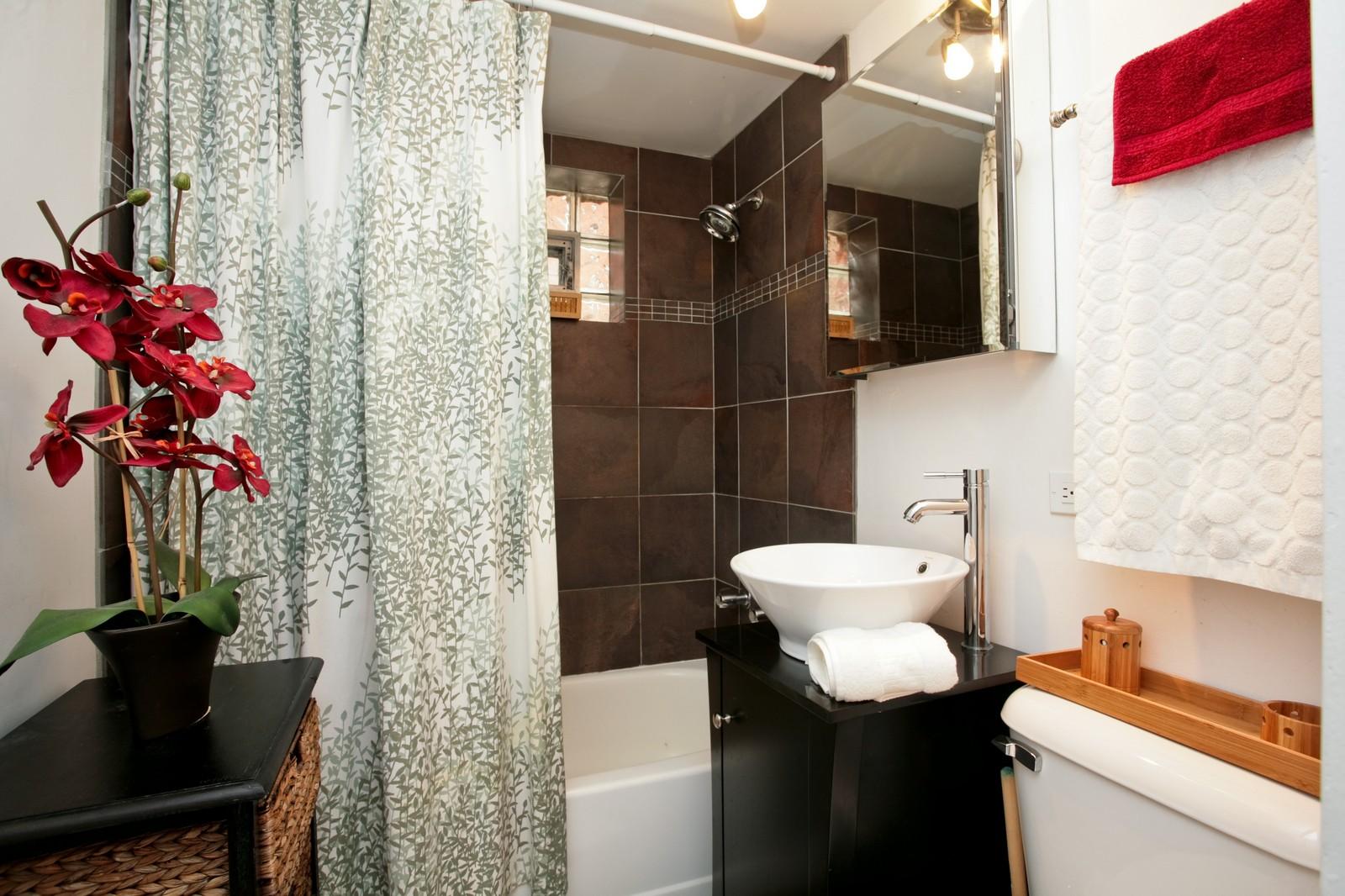 Real Estate Photography - 921 W Sunnyside, Unit Garden, Chicago, IL, 60640 - Bathroom