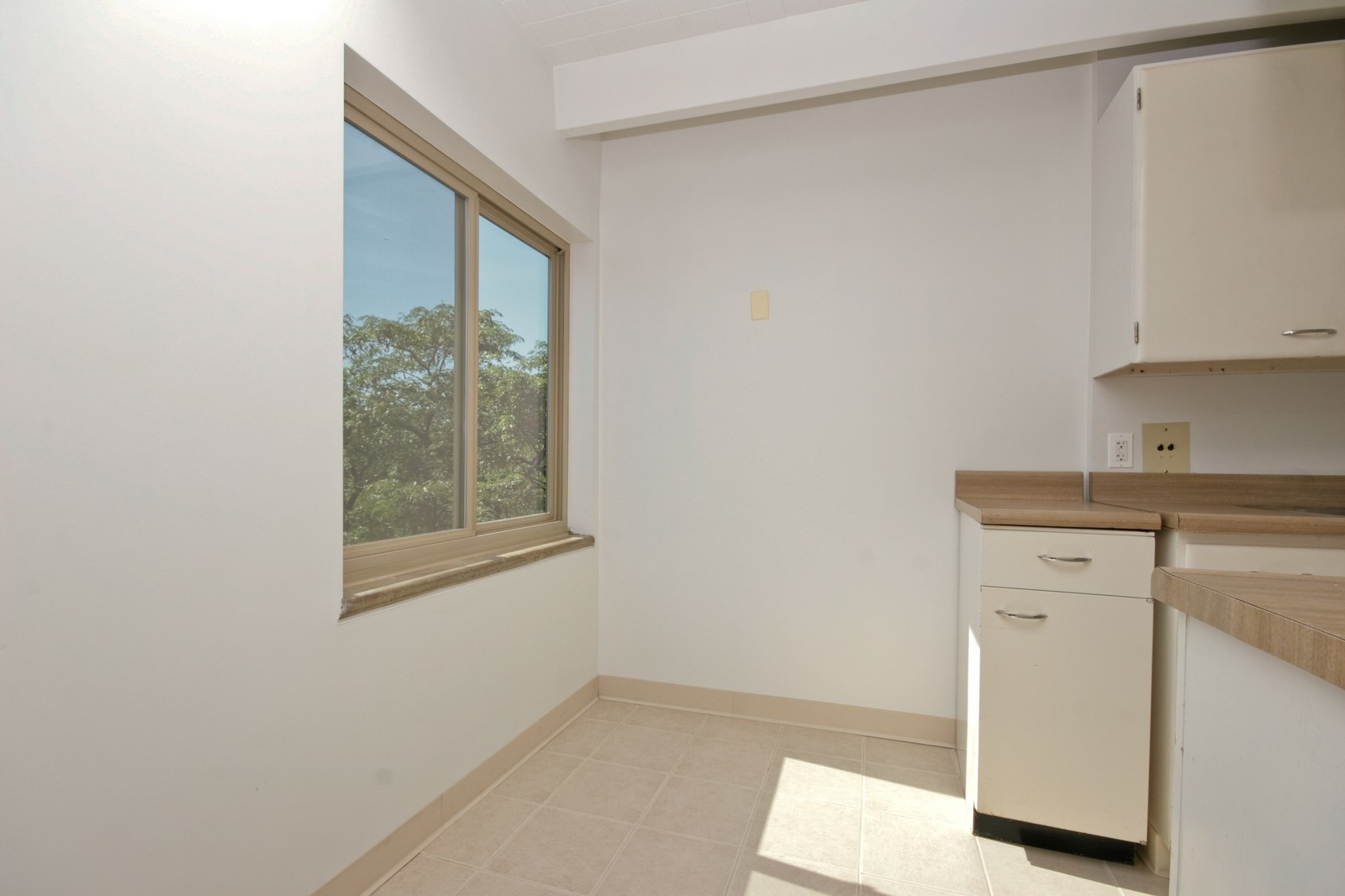 Real Estate Photography - 1908 W Hood Ave, Unit 5D, Chicago, IL, 60660 - Kitchen