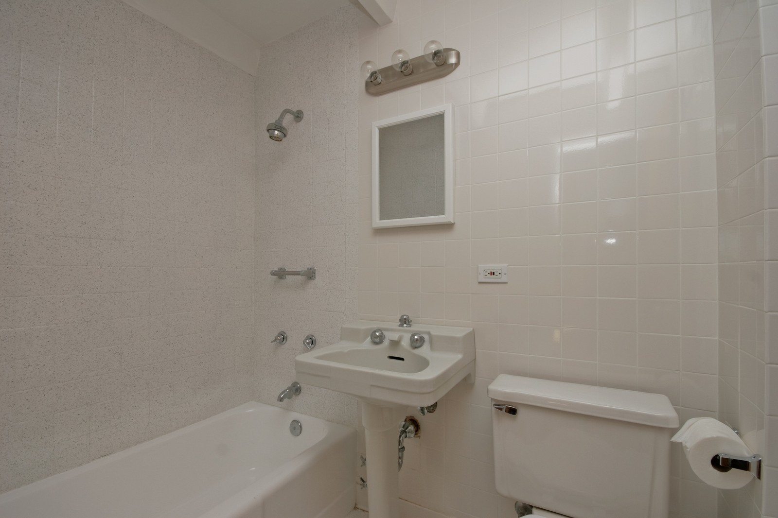 Real Estate Photography - 1908 W Hood Ave, Unit 5D, Chicago, IL, 60660 - Bathroom