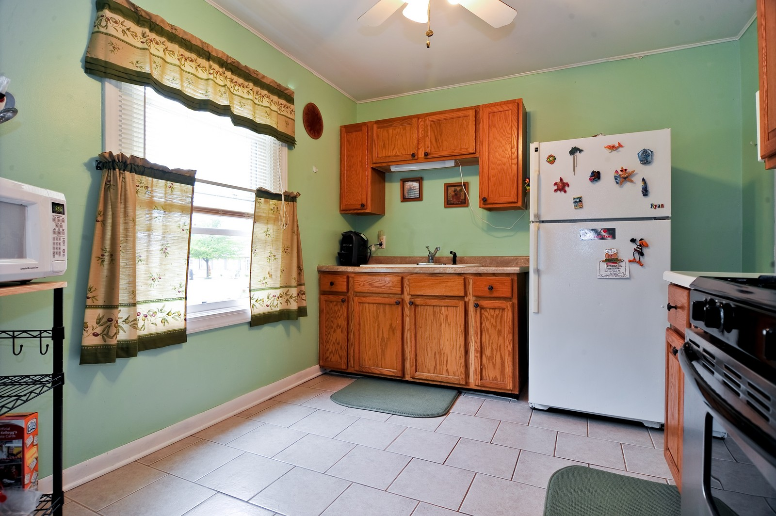 Real Estate Photography - 1924 Kelly St, Crest Hill, IL, 60435 - Kitchen