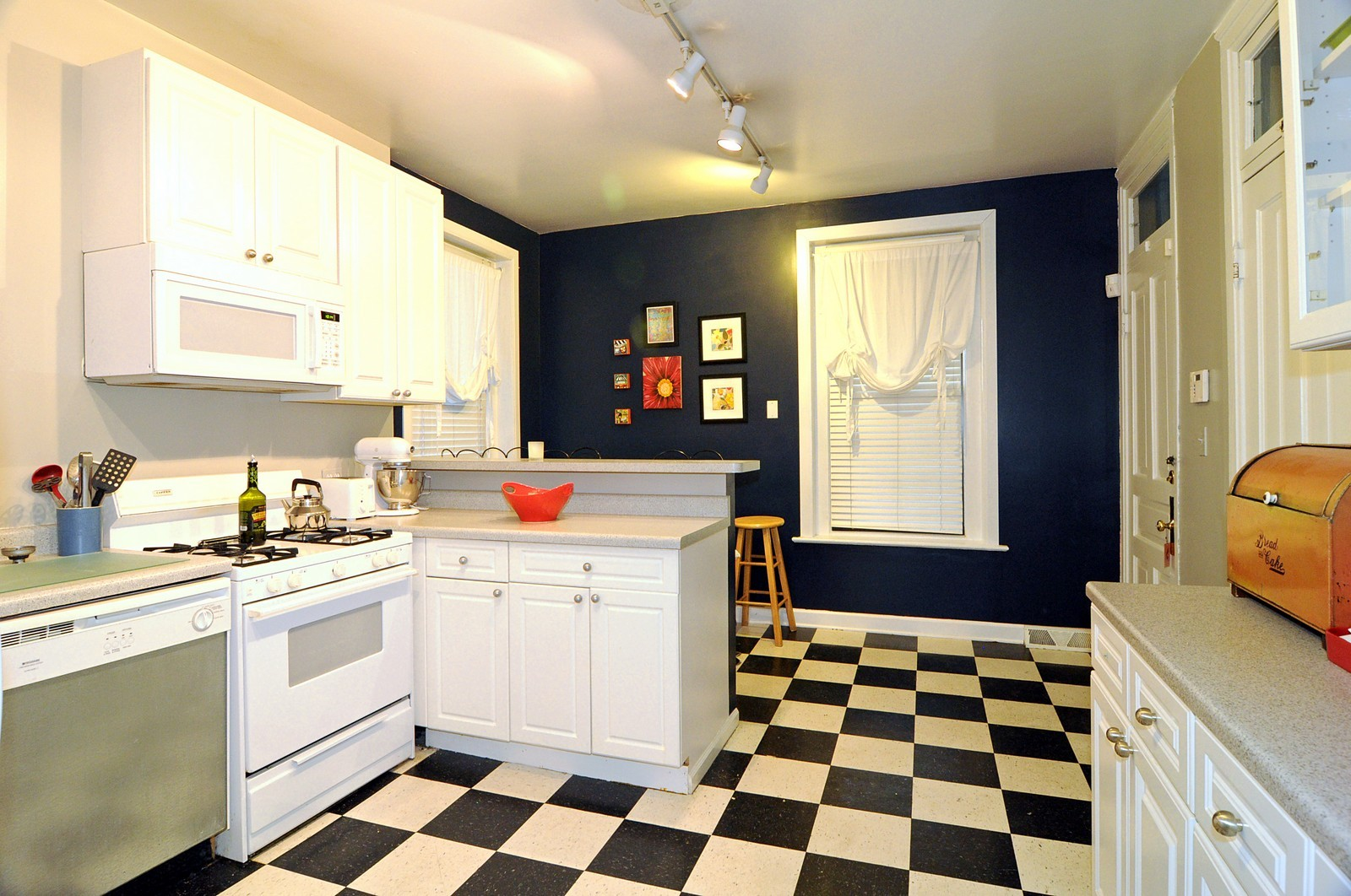 Real Estate Photography - 2030 N Orleans, Chicago, IL, 60614 - Kitchen