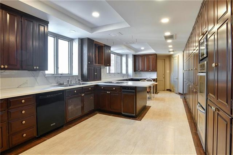Real Estate Photography - 5049 Wornall Rd, Unit 7Ab, Kansas City, MO, 64112 - Location 10