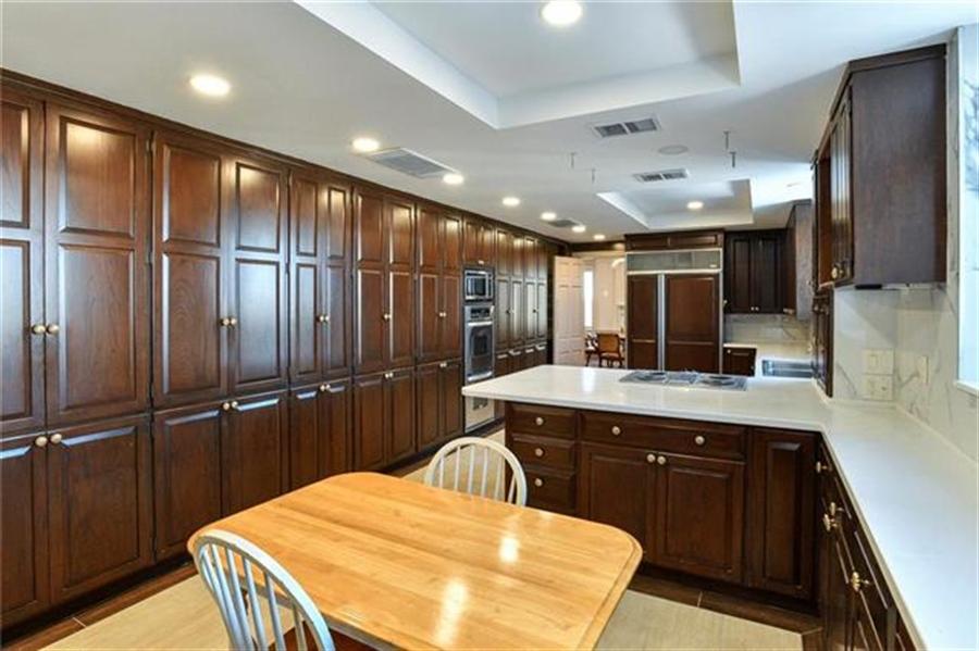 Real Estate Photography - 5049 Wornall Rd, Unit 7Ab, Kansas City, MO, 64112 - Location 12