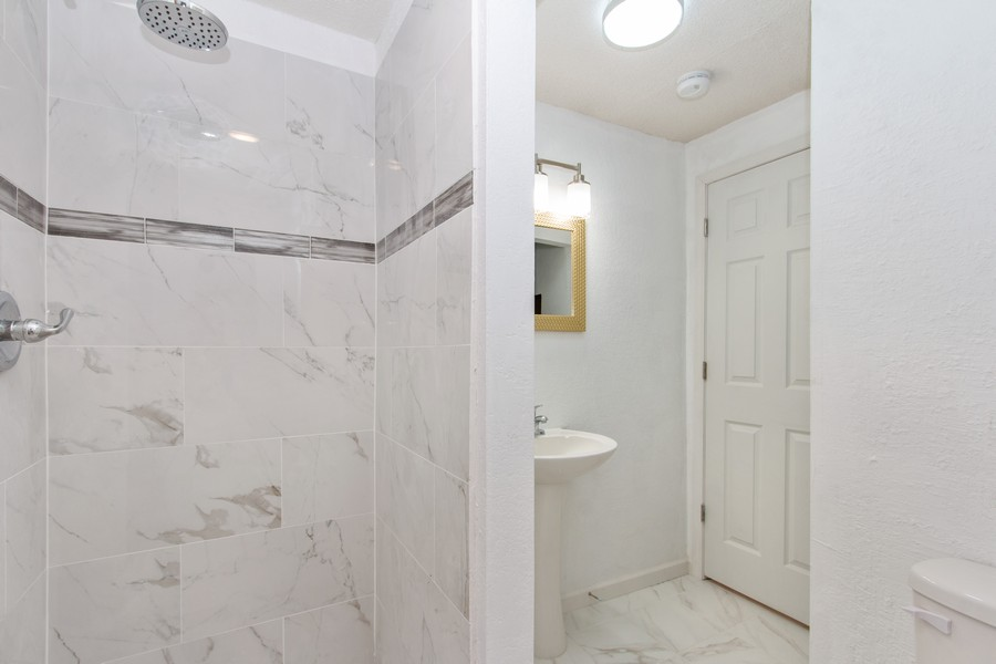 Real Estate Photography - 610 St Louis Ave, Excelsior Springs, MO, 64024 - Bathroom