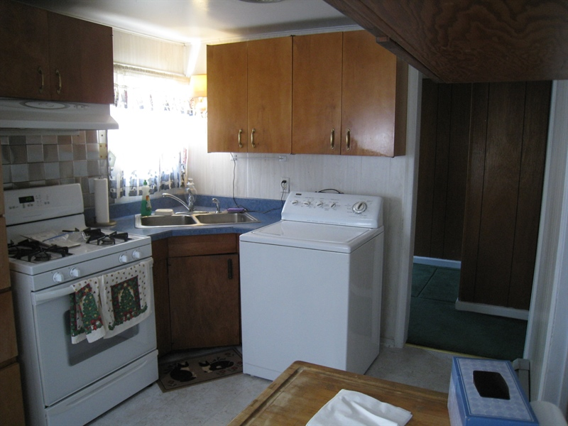 Real Estate Photography - 407 9th St, New Castle, DE, 19720 - Eat-in kitchen w/gas range