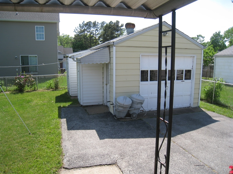 Real Estate Photography - 407 9th St, New Castle, DE, 19720 - Fenced rear yard