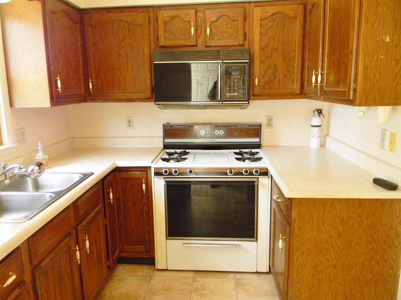 Real Estate Photography - 695 Ragan Rd, Conowingo, MD, 21918 - GAS STOVE, MICROWAVE