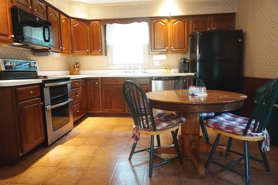 Real Estate Photography - 5 Embry Ct, Newark, DE, 19711 - Cherry Kitchen