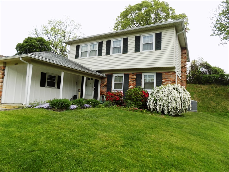 Real Estate Photography - 2806 Fawkes Dr, Wilmington, DE, 19808 - Spring flowers