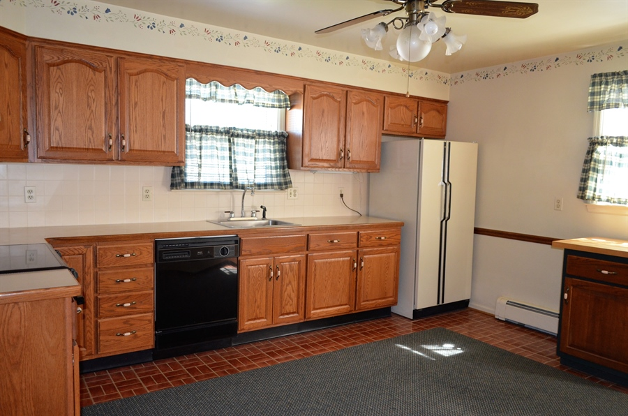 Real Estate Photography - 103 Admiral Dr, Wilmington, DE, 19804 - Eat-in Kitchen