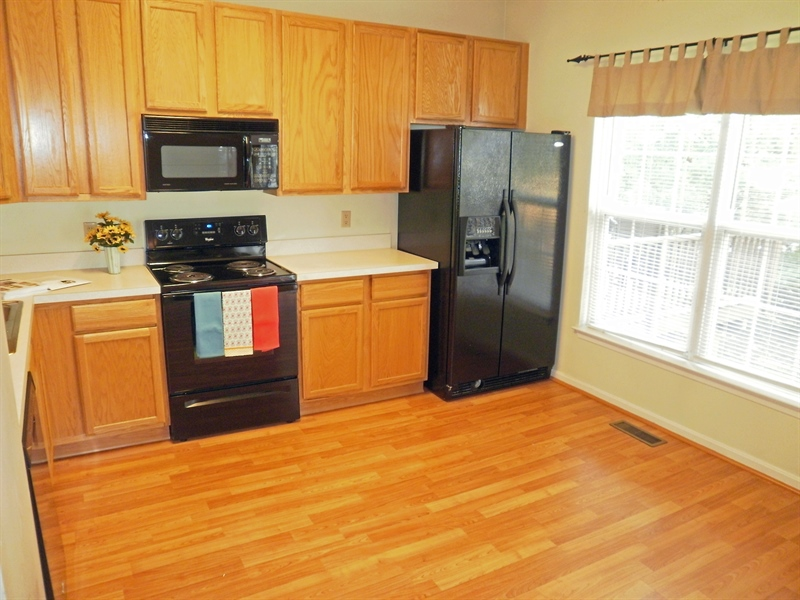 Real Estate Photography - 42 Highland Cir, Newark, DE, 19713 - Appliances included in the eat in kitchen