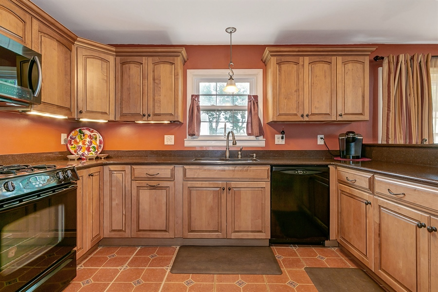Real Estate Photography - 409 Rosewood Dr, Newark, DE, 19713 - Natural gas cooking, quartz countertops