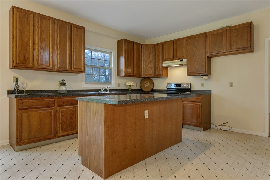 Real Estate Photography - 125 Brook Run, Hockessin, DE, 19707 - KITCHEN WITH GRANITE COUNTERTOP