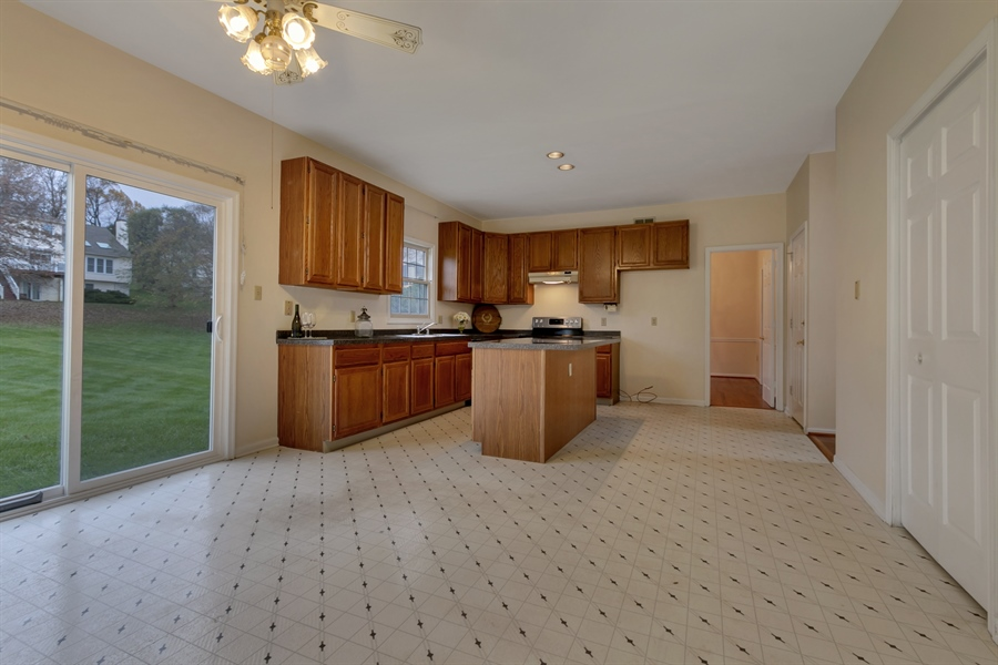 Real Estate Photography - 125 Brook Run, Hockessin, DE, 19707 - SPACIOUS EAT-IN KITCHEN AREA
