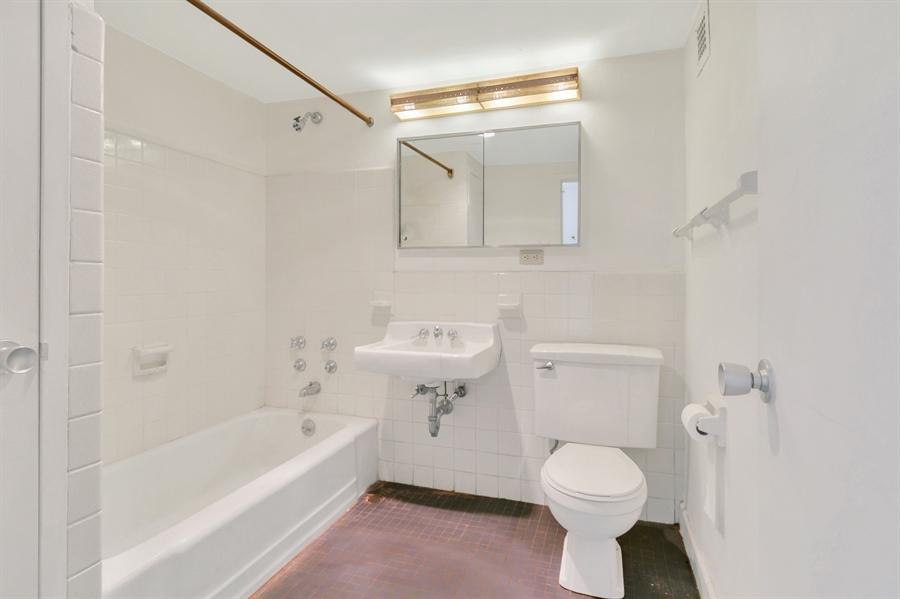 Real Estate Photography - 1401 Pennsylvania Avenue #1414, 1414, Wilmington, DE, 19806 - Hall Bath.