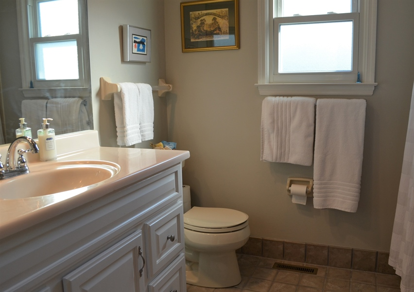 Real Estate Photography - 1 Caynor Ct, Newark, DE, 19711 - 2nd Full Bathroom
