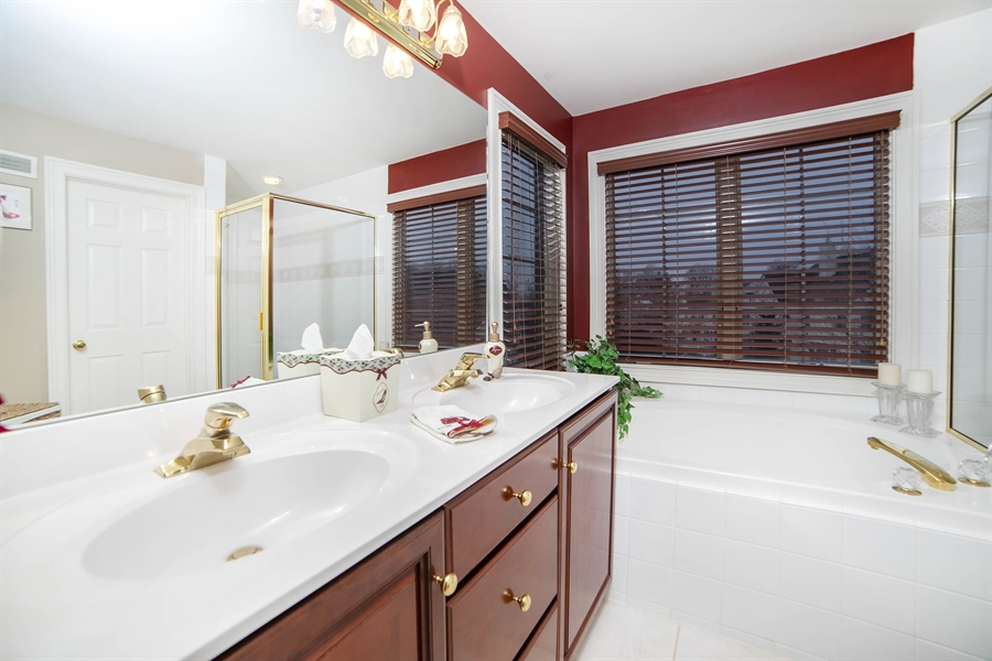 Real Estate Photography - 8 Kentshire Ct, Wilmington, DE, 19807 - Second Level Full Bath with Shower/Tub Combo
