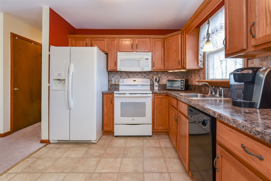 Real Estate Photography - 512 Saint Charles St, Elkton, MD, 21921 - KItchen appliances convey
