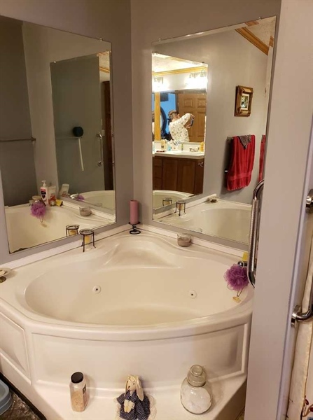 Real Estate Photography - 537 Wynn Wood Cir, Camden Wyoming, DE, 19934 - Soaking Tub in Master Bath