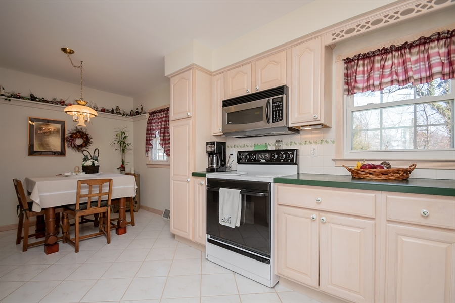 Real Estate Photography - 1013 Kendall Rd, Wilmington, DE, 19805 - Kitchen & Dining Area