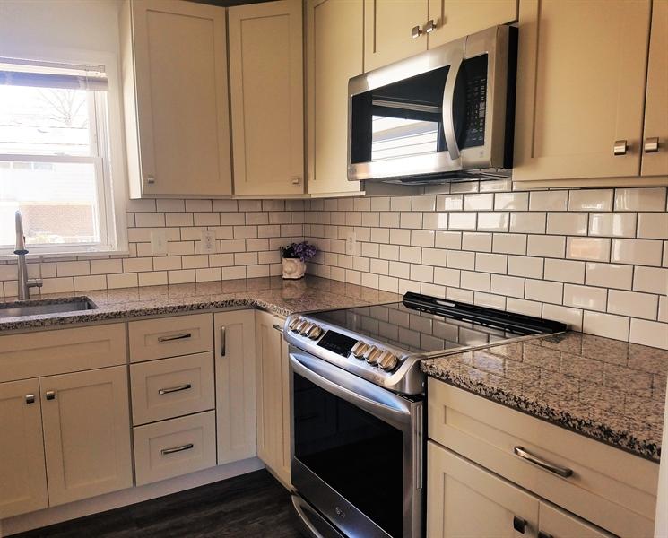 Real Estate Photography - 103 Sandra Rd, Wilmington, DE, 19803 - Subway tile backsplash & shaker style cabinets