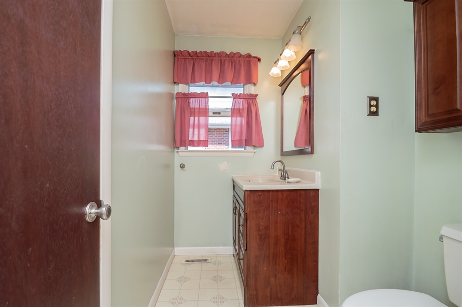 Real Estate Photography - 2415 W Eric Dr, Wilmington, DE, 19808 - Full hall bath