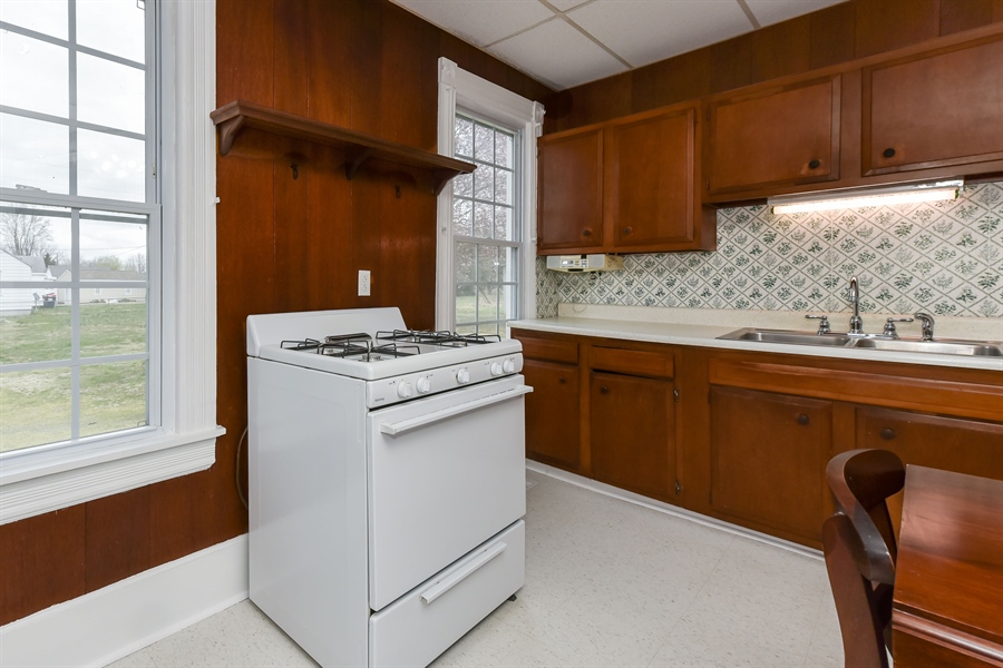 Real Estate Photography - 176 Main St, Warwick, MD, 21912 - Gas cooking, windows provide great natural light