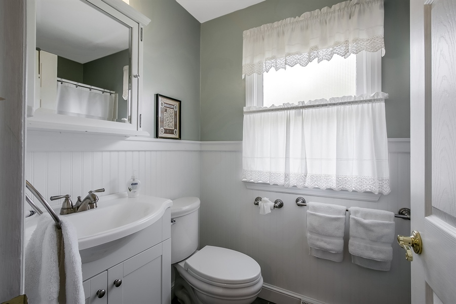 Real Estate Photography - 220 Stonecrop Rd, Wilmington, DE, 19810 - Full Hall Bath With Open Tub