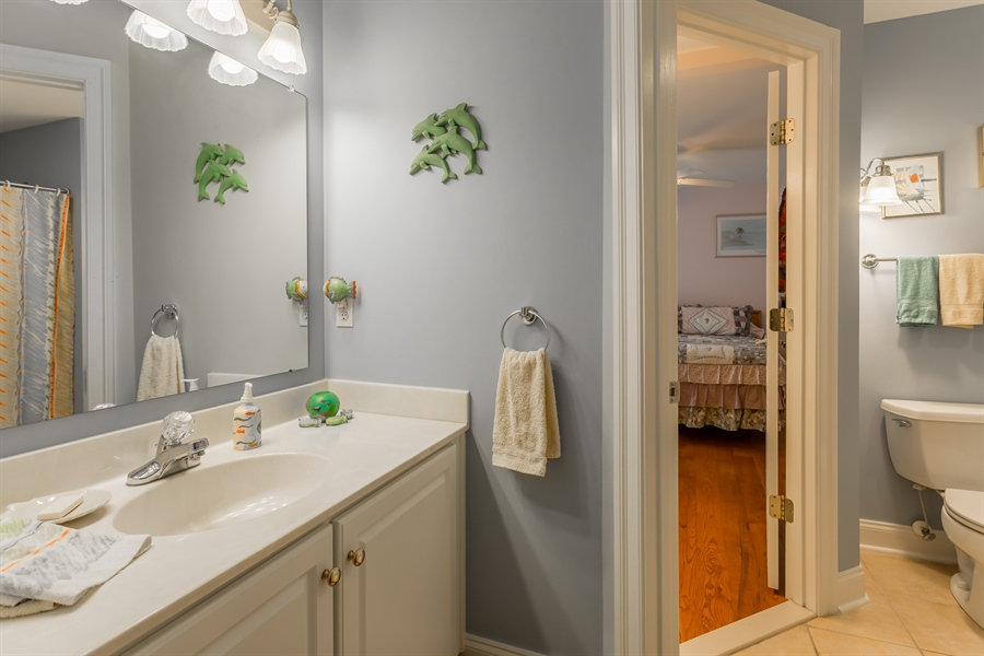 Real Estate Photography - 2 Plantation Ct, Ocean View, DE, 19970 - JACK AND JILL BATH BETWEEN BEDS 2 AND 3