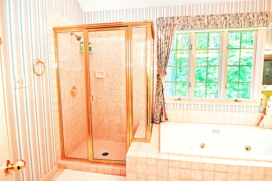 Real Estate Photography - 5 Forest Creek Ln, Wilmington, DE, 19809 - Main bathroom/vaulted ceiling