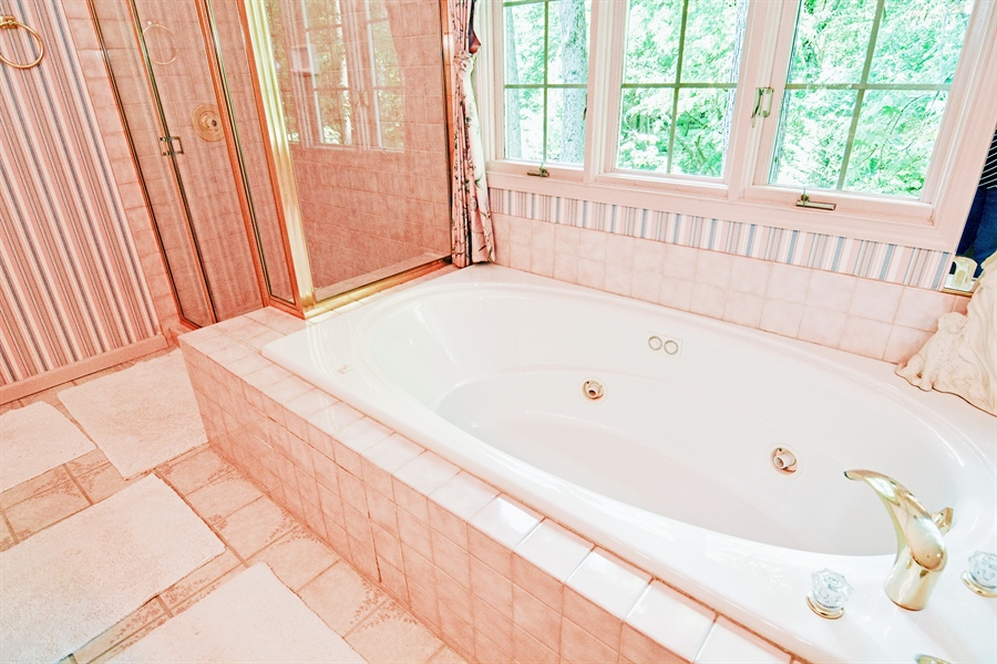 Real Estate Photography - 5 Forest Creek Ln, Wilmington, DE, 19809 - Jetted tub