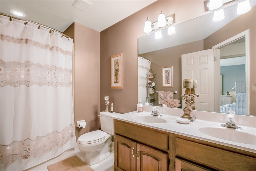 Real Estate Photography - 7 Bayberry Close, Newark, DE, 19711 - Stylish Hall Bath