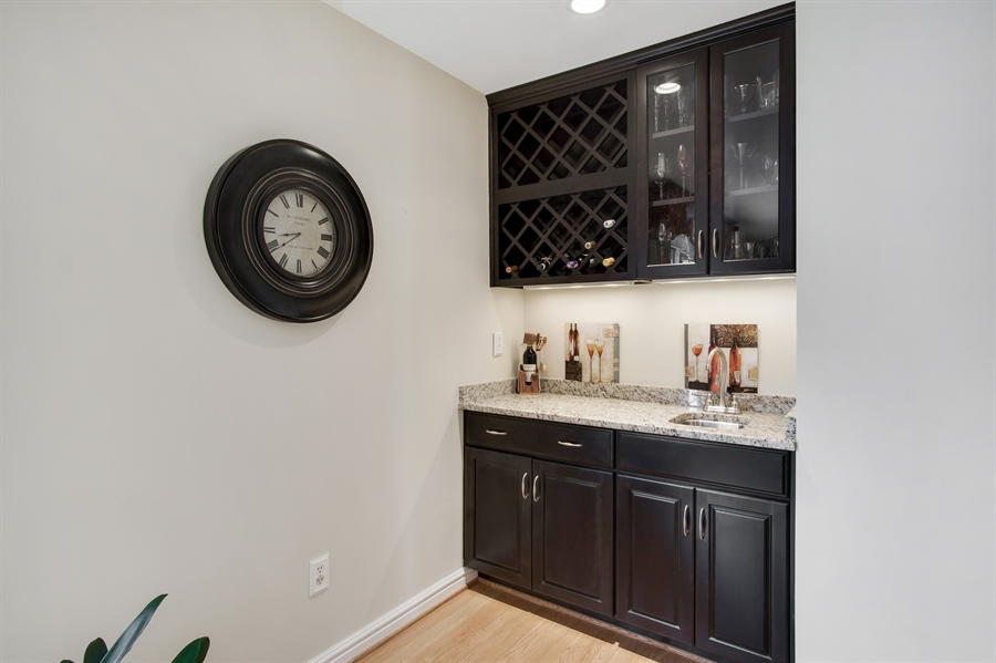 Real Estate Photography - 134 Country Flower Rd, Newark, DE, 19711 - Wet Bar in FR