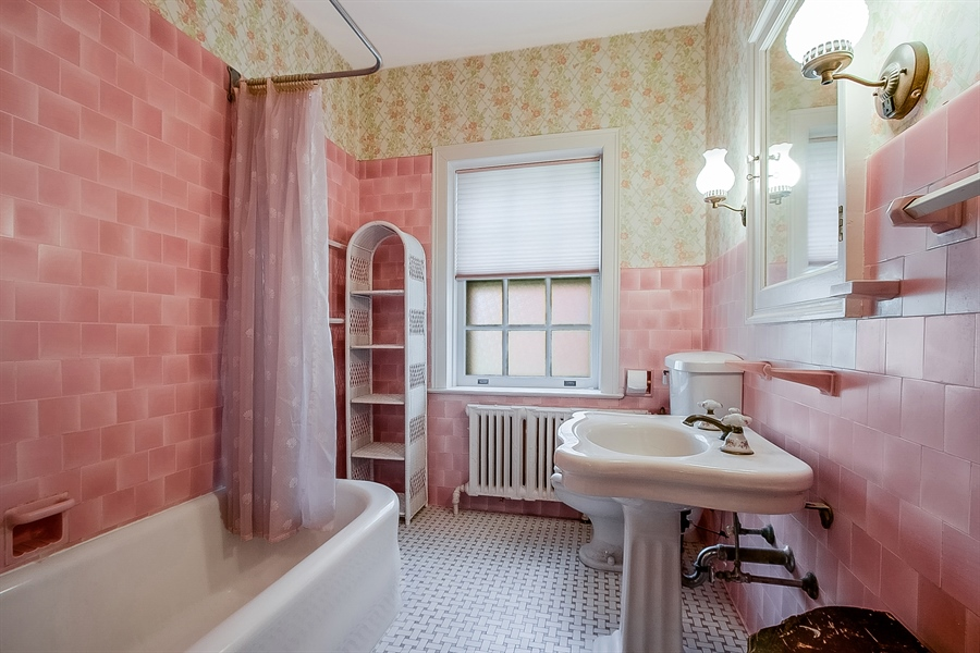 Real Estate Photography - 2000 Woodlawn Ave, Wilmington, DE, 19806 - Second Floor Full Bath
