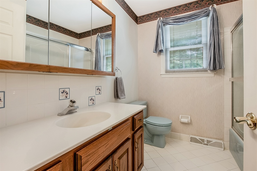 Real Estate Photography - 109 Bridleshire Ct, Newark, DE, 19711 - Full Hall Bath