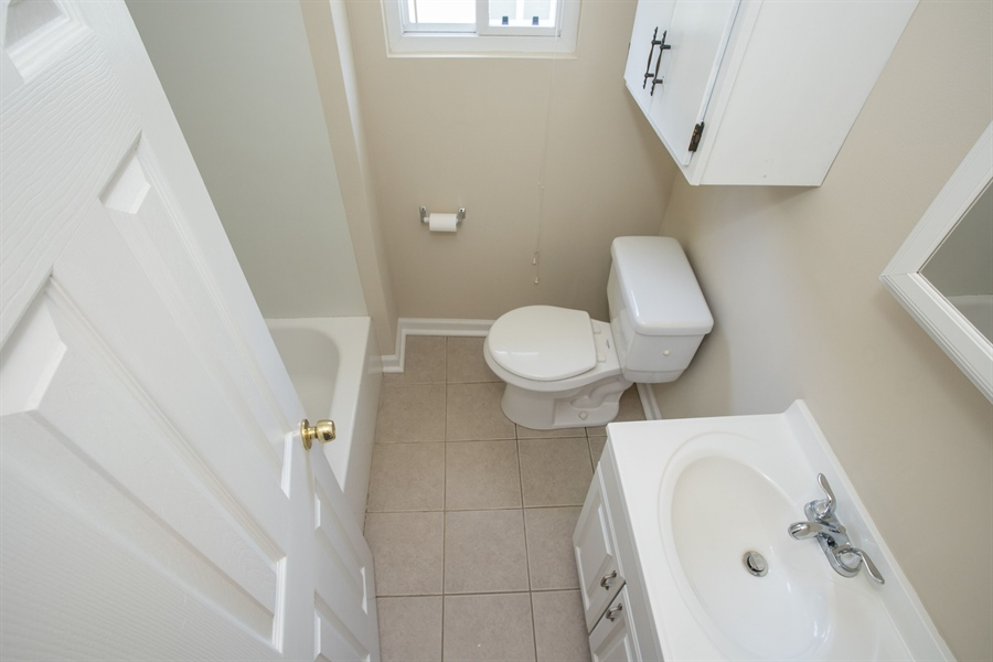 Real Estate Photography - 1806 School Ln, Wilmington, DE, 19808 - Full Bathroom