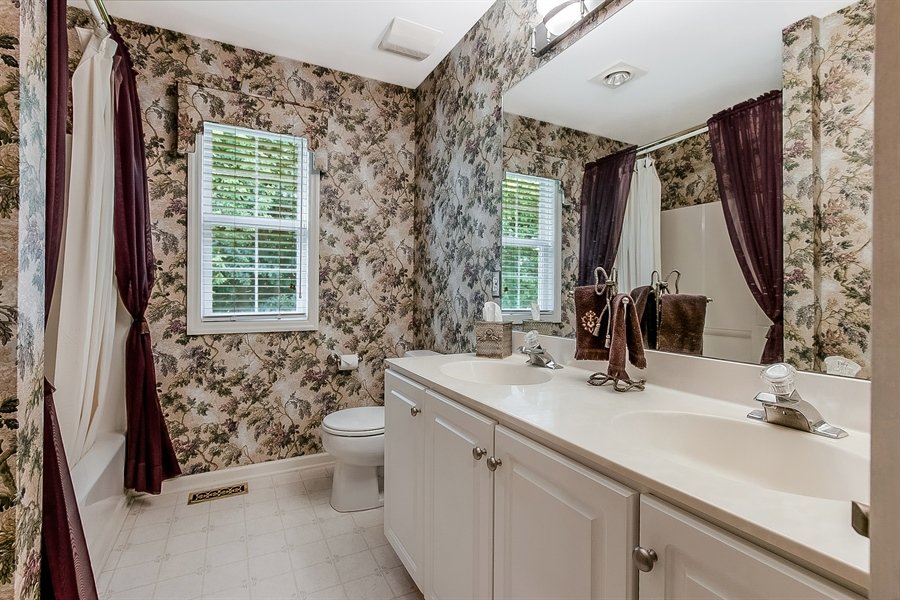 Real Estate Photography - 512 Thorndale Dr, Hockessin, DE, 19707 - Nicely Sized Hall Bath