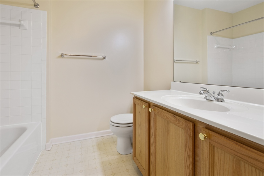 Real Estate Photography - 253 Sloan Ct, Wilmington, DE, 19808 - Full hall bathroom
