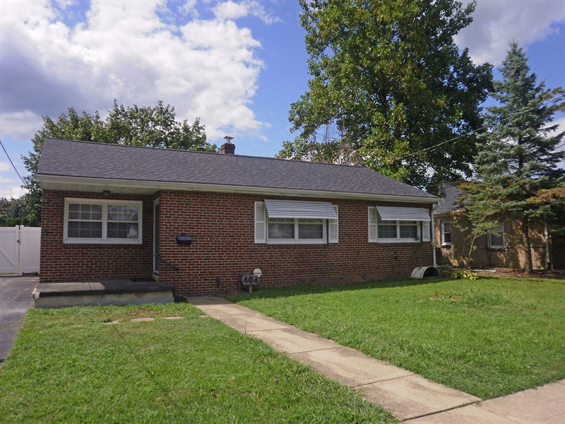 Real Estate Photography - 404 Stanton Rd, Wilmington, DE, 19804 - Brick Ranch w/updated roof & windows